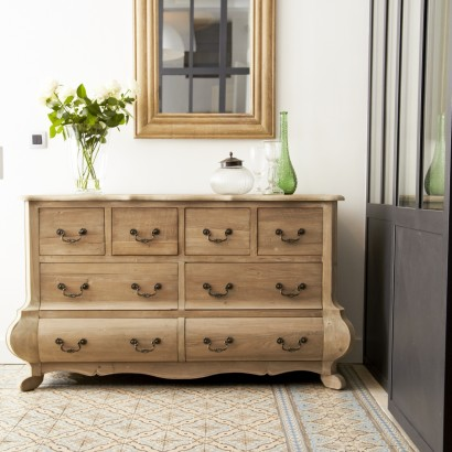 An elegant chest of drawers in pine for the bedroom